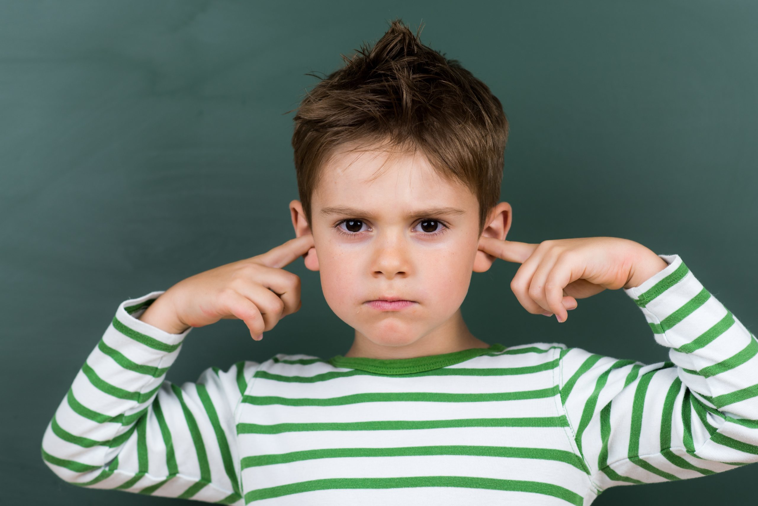 enfant qui se bouche les oreilles