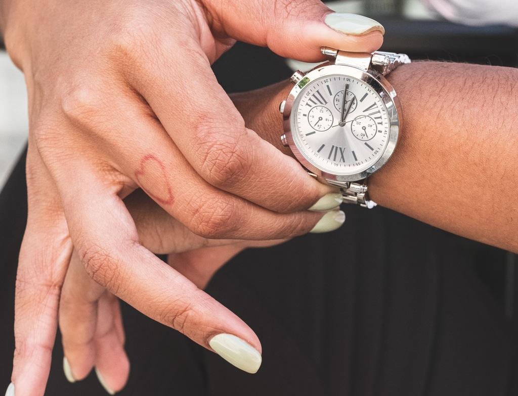 main qui tient une montre
