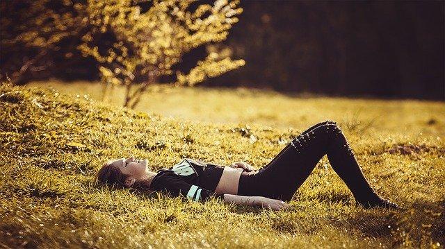 femme allongée sur l'herbe