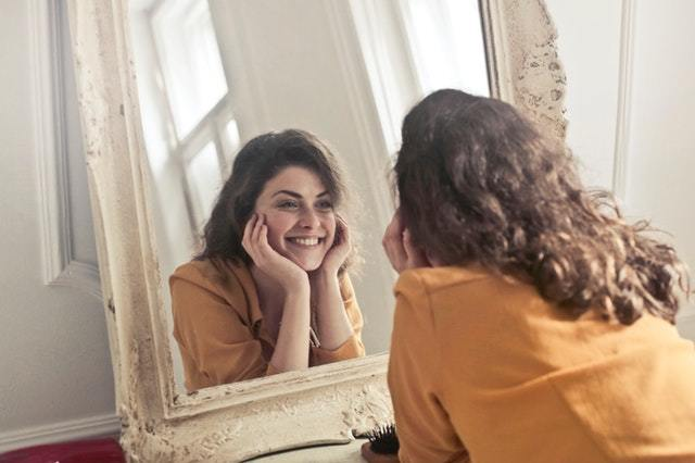 femme qui se sourit dans un miroir